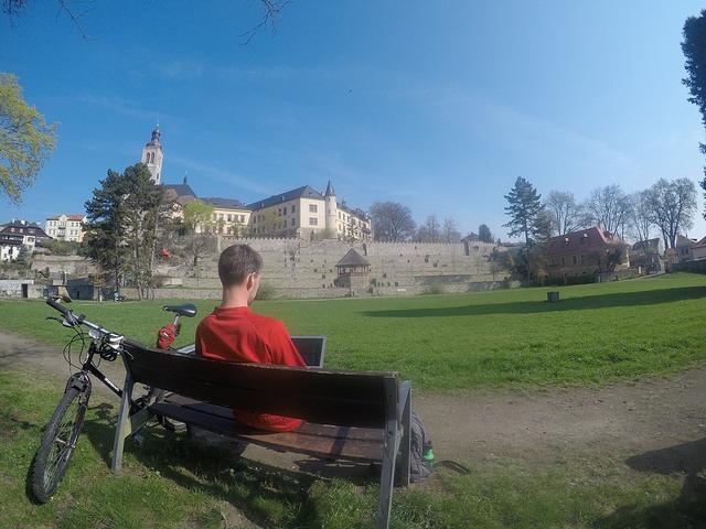 Práce nebo odpočinek v parku pod Vlašským dvorem