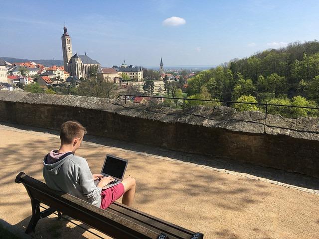 Práce venku s výhledem na historické centrum Kutné Hory